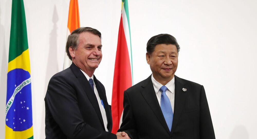Jair Bolsonaro e o presidente da China, Xi Jinping, posam para foto durante encontro do G20 em Osaka