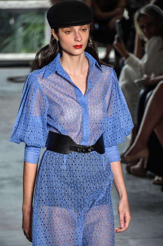 Outro vestido arrojado do estilista Reinaldo Lourenço exibido em São Paulo