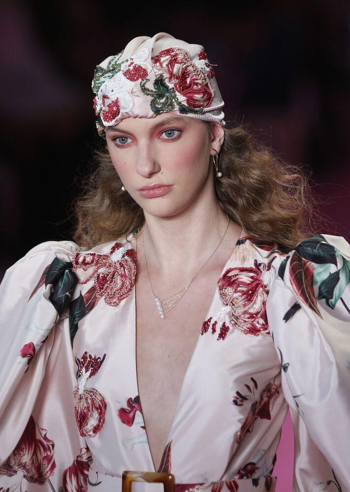 Modelo vestindo criação de Patbo na São Paulo Fashion Week