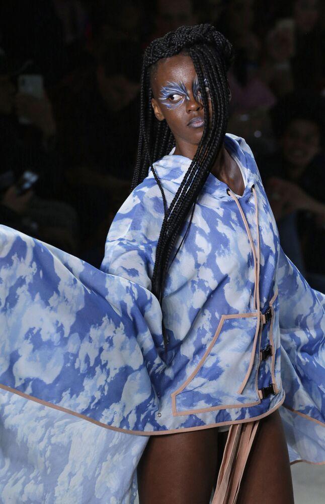 Vestido criado por Cavalera é exibido durante a semana de moda