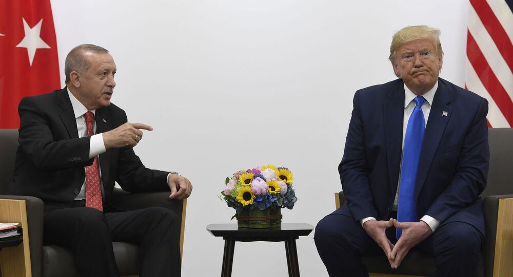 Presidente dos EUA Donald Trump e presidente da Turquia Recep Erdogan durante o encontro na cúpula do G20 em Osaka