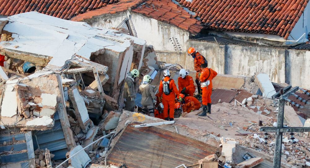 Buscas por sobreviventes nos escombros do Edifício Andrea, localizado no bairro Dionísio Torres, em Fortaleza (CE)