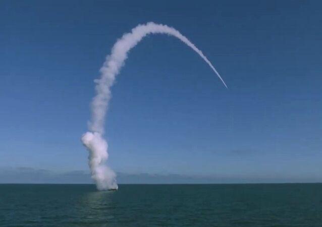 Lançamento de míssil de cruzeiro Calibr durante os exercícios Grom-2019 (Trovão-2019), em 17 de outubro de 2019