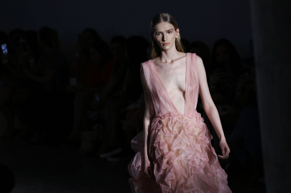 Modelo exibe criação da estilista Fabiana Milazzo durante a semana de moda de São Paulo, Brasil
