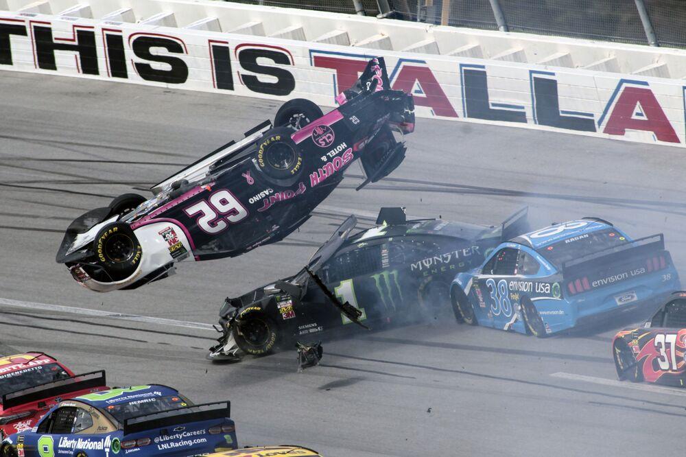 Carro do piloto Brendan Gaughan voa sobre os carros de Kurt Busch e David Ragan durante a corrida de carros NASCAR Cup Series em Talladega, nos EUA