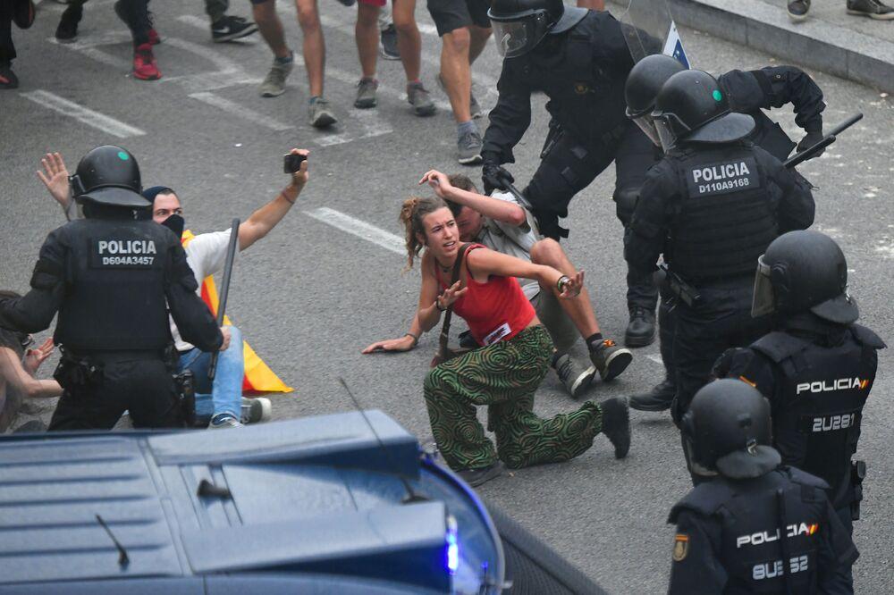 Confrontos entre manifestantes e a polícia perto do aeroporto de El Prat, Barcelona, Espanha