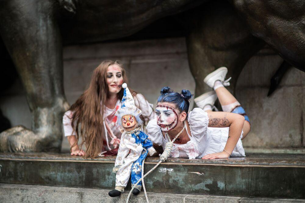 Meninas de trajes de zumbi participam do evento Zombie Walk em Paris, na França