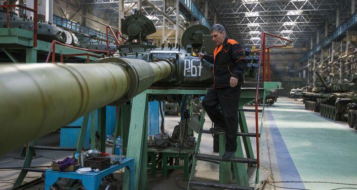 Tanque T-72 sendo modernizado na fábrica de Omsk