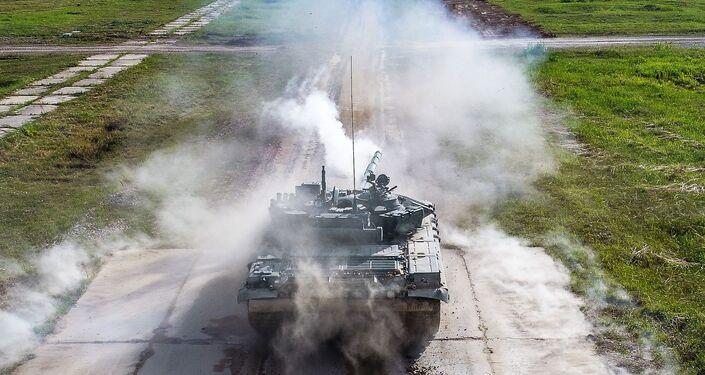 Tanque T-72B3 durante demonstração de armamentos