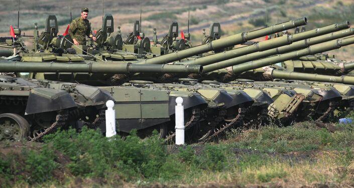 Tanques T-72B3 durante exercícios táticos