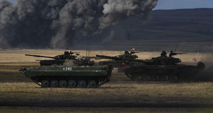 Blindado BMP-2 e o tanque T-72B3 em ação