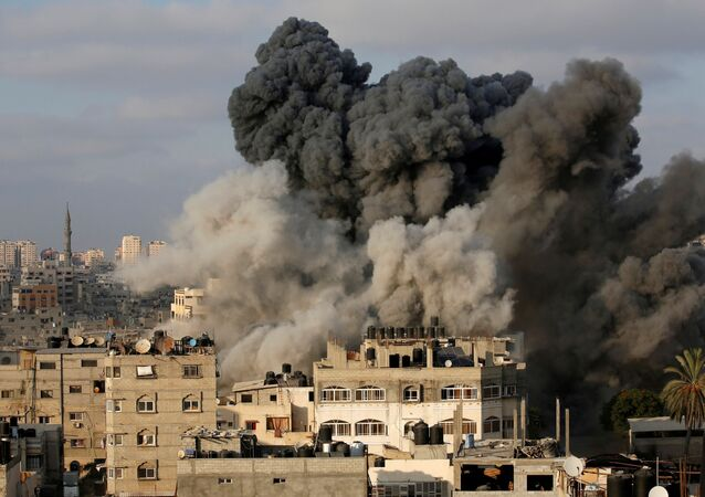 Aeronave israelense bombardeia prédio de Gaza, 9 de agosto de 2018 (foto de arquivo)