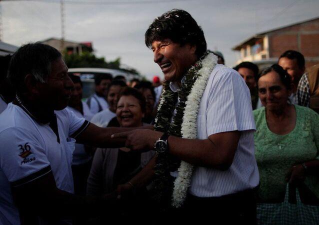 Evo Morales, presidente da Bolívia, chegando para votar nas eleições deste domingo em uma escola da Villa 14 de Septiembre, província boliviana de Chapare.
