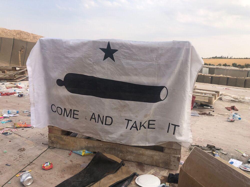 Banner dos rebeldes do Texas do século XIX na abandonada base de coordenação aérea do Exército dos EUA no povoado de Dadat, no nordeste da Síria