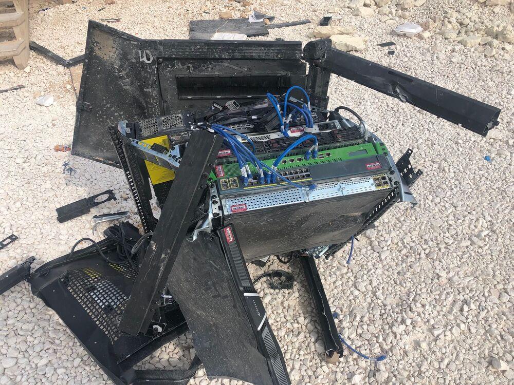 Equipamento quebrado no chão na abandonada base de coordenação aérea norte-americana em Dadat, nos arredores de Manbij, nordeste da Síria