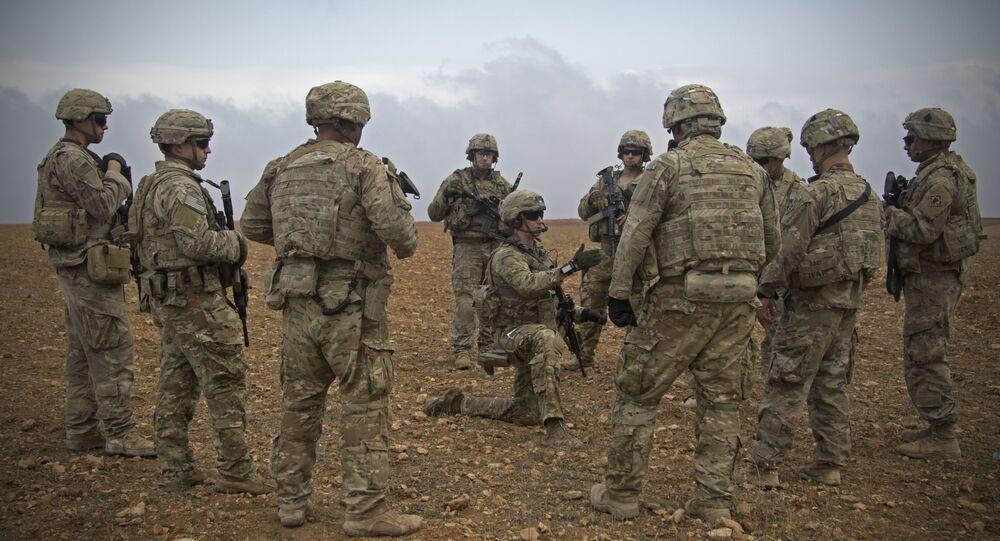 Grupo de soldados norte-americanos se reúnem para patrulhamento em Manbij, no nordeste da Síria (foto de arquivo)
