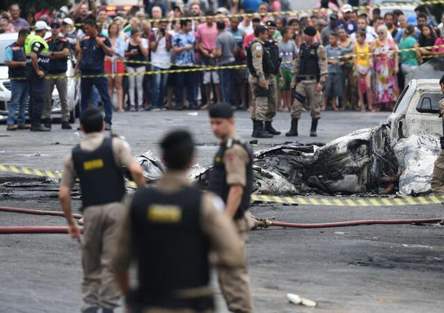 Avião de pequeno porte, prefixo PR-ETJ, caiu na esquina das ruas Minerva com Belmiro Braga, no bairro Caiara, na região noroeste de Belo Horizonte,  na manhã desta segunda-feira (21), deixando ao menos três mortos.