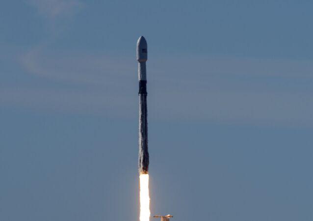 Força Aérea dos EUA lança o foguete Space X Falcon 9, dedicado a fazer testes no espaço sideral
