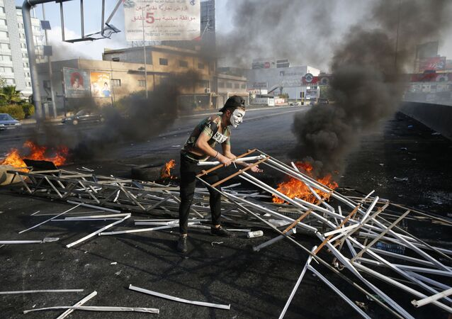 Manifestante em barricada na cidade de Beirute, no Líbano.