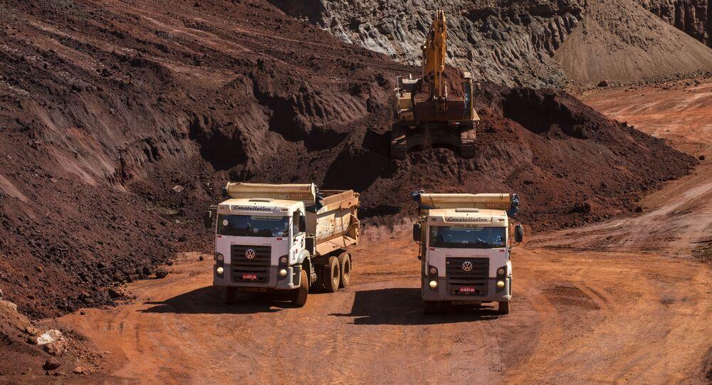 Caminhões e pá carregadeira em pátio de minério de ferro-hematita, em Congonhas (MG)
