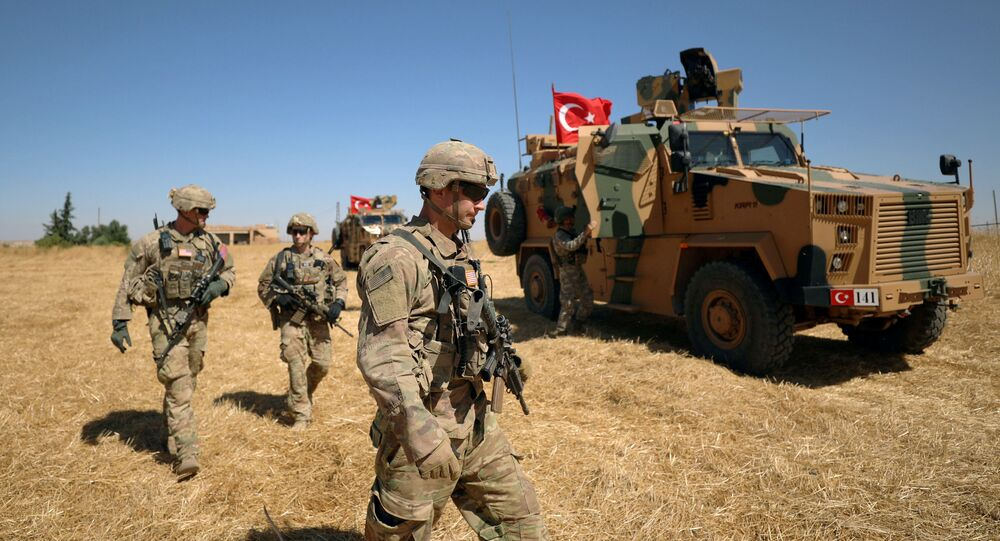 Soldados americanos caminham juntos durante patrulha conjunta EUA-Turquia, perto de Tel Abyad, Síria, 8 de setembro de 2019