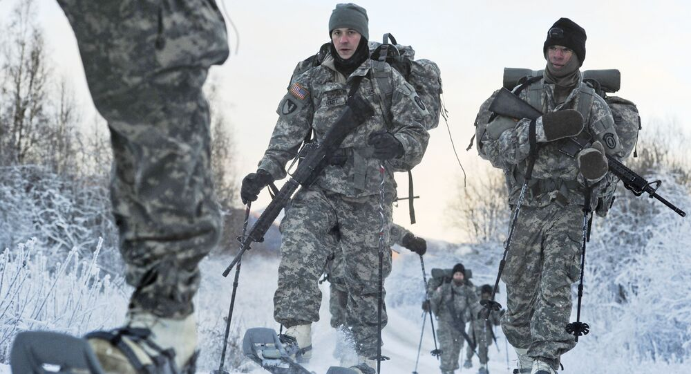 Soldados dos EUA fazem treinamento com sapatos especiais para uso na neve, em treinamento chamado Luz do Ártico, em 2012 (foto de arquivo)