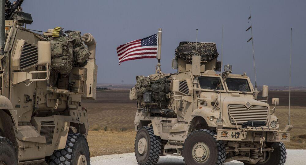Comboio militar norte americano perto da cidade síria de Tel Tamer