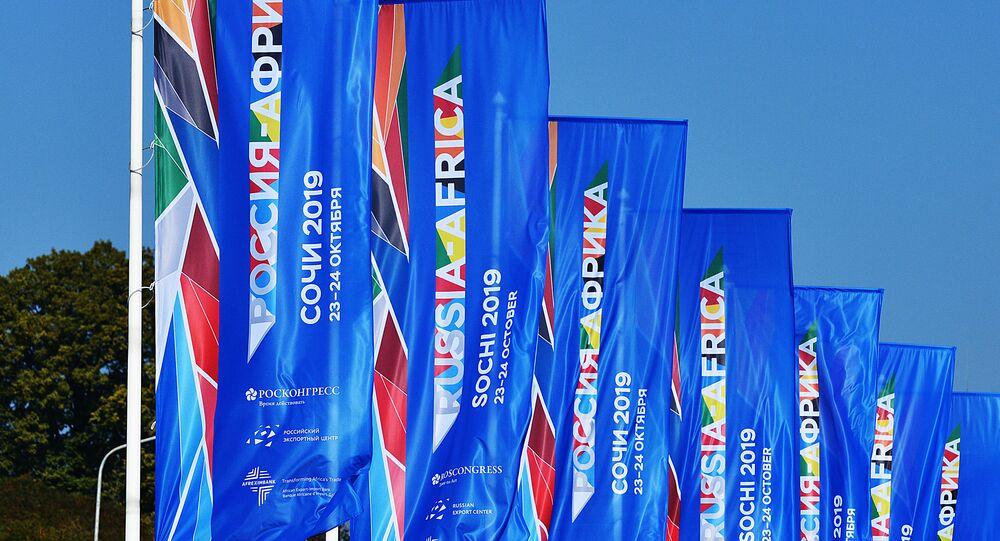 Bandeiras do Fórum Econômico Rússia-África na cidade de Sochi