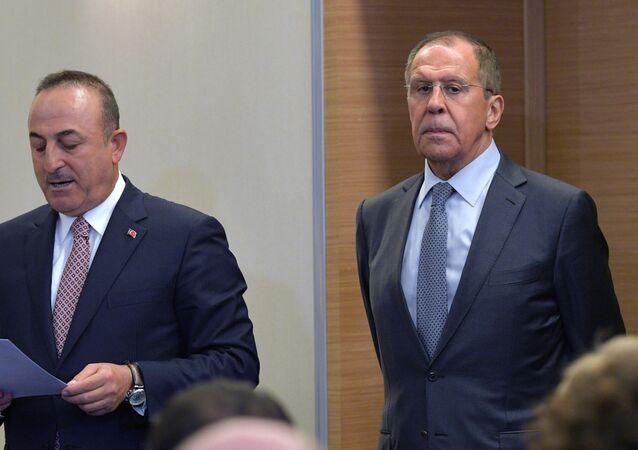 O ministro das Relações Exteriores da Rússia, Serguei Lavrov, e seu homólogo turco, Mevlut Cavusoglu, durante conferência de imprensa após acordo Rússia-Turquia, em Sochi, na Rússia, em 22 de outubro de 2013