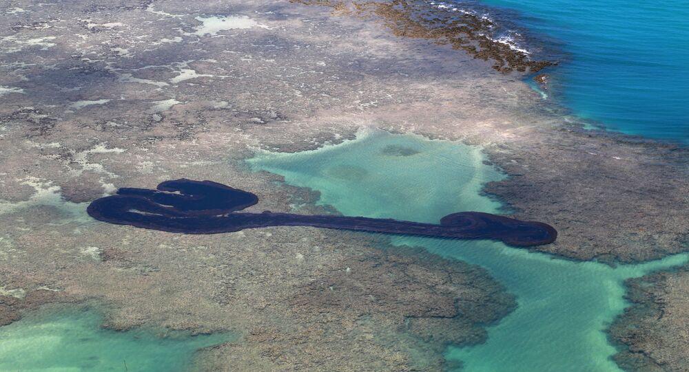 Mancha de óleo na praia do Peroba, em Maragogi, Alagoas.