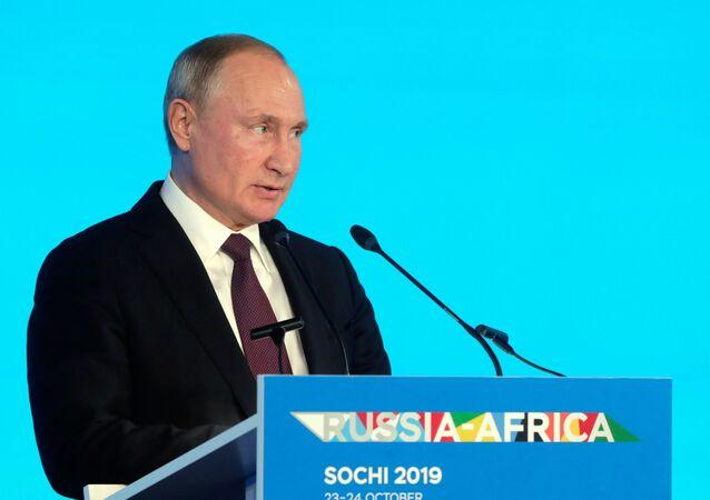 O presidente russo, Vladimir Putin, discursa durante cúpula Rússia-África, em Sochi.