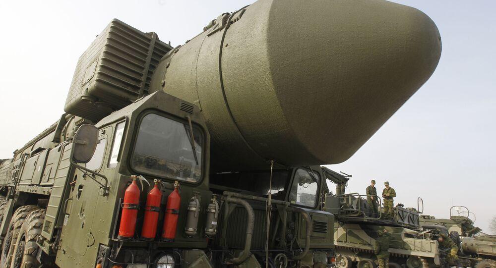Demonstração do sistema de mísseis Topol-M no polígono de Alabino, nos arredores de Moscou, Rússia