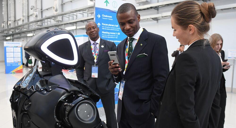 Robô russo Promobot V.4 no Fórum Econômico Rússia-África em Sochi (foto de arquivo)