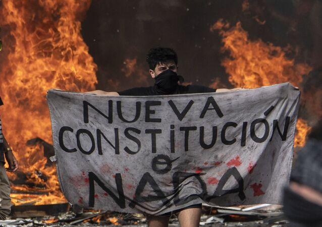 """Manifestante próximo à barricada protesta: """"Nova constituição ou nada"""""""