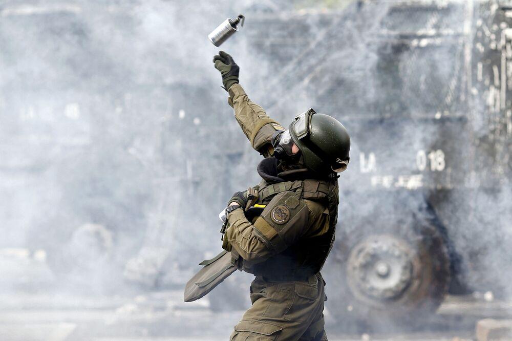 Tropa de choque chilena faz uso de bombas de gás lacrimogêneo para dispersar manifestantes