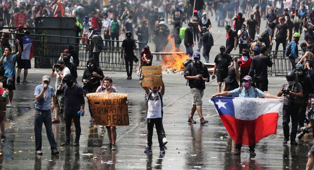 Manifestantes protestam contra a violência policial e pedem nova constituição para o Chile