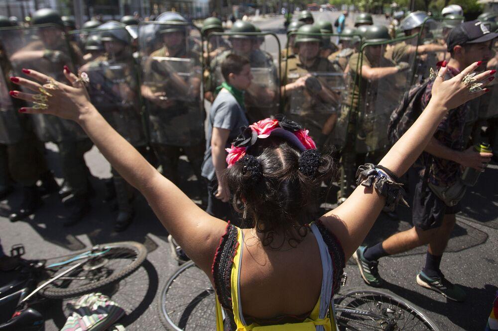 Participação feminina massiva é um dos traços marcantes dos protestos contra o governo no Chile
