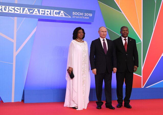 Presidente russo, Vladimir Putin, entre o presidente de Angola, João Lourenço, e a sua esposa