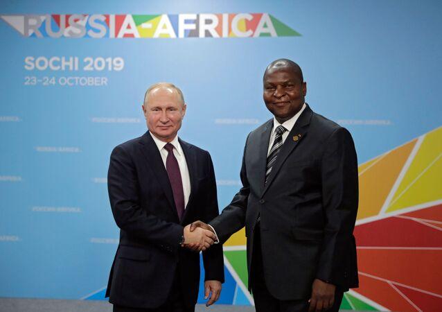 Presidente da República Centro Africana, Faustin-Archange Touadéra, com o presidente russo, Vladimir Putin, durante o Fórum Rússia-África, em 23 de outubro de 2019