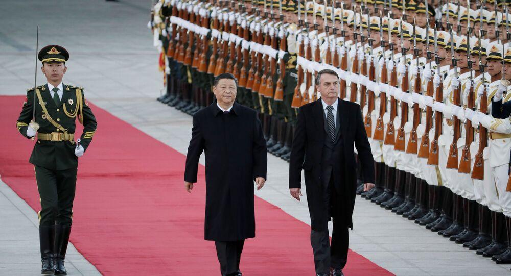 O presidente da China, Xi Jinping, e o presidente do Brasil, Jair Bolsonaro, participam de uma cerimônia de boas-vindas no Grande Salão do Povo em Pequim, China, 25 de outubro de 2019.