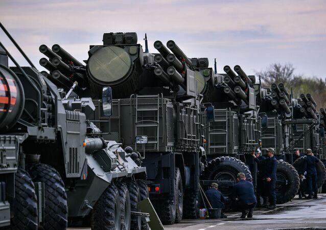 Sistema de artilharia antiaérea móvel Pantsir-S a caminho de Moscou para participar da parada militar em comemoração à vitória na Segunda Guerra Mundial