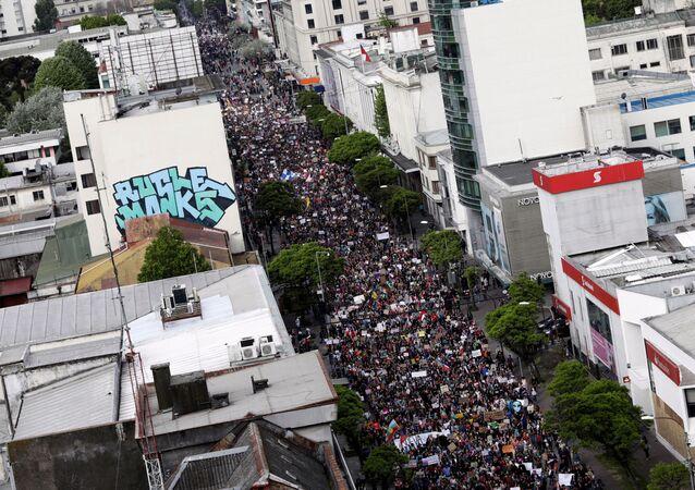 Cerca de 1 milhão de pessoas saem às ruas de Santiago, no Chile.