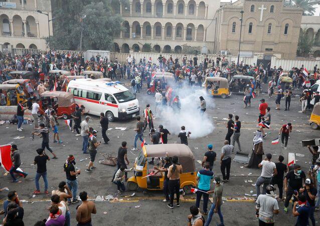 Forças de segurança do Iraque usam gás lacrimogêneo para dispersar manifestantes durante protestos em Bagdá em 25 de outubro de 2019