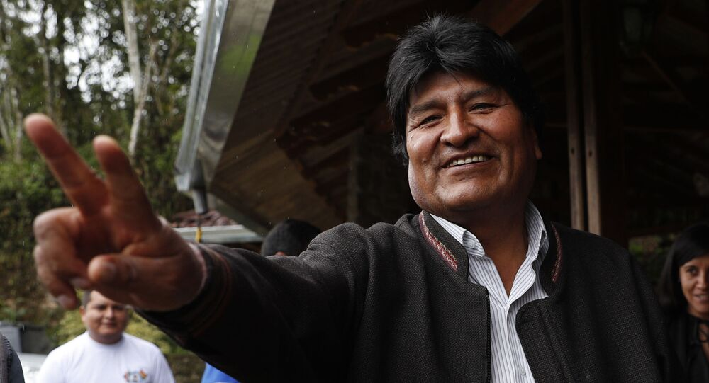 Evo Morales, presidente da Bolívia, acenando para jornalistas durante visita a Incachaca, Cochabamba (arquivo)