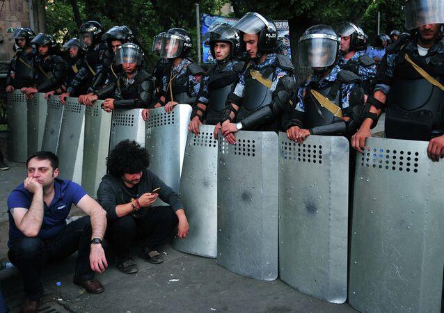 Polícia de Erevan será investigada por suspeita de repressão violenta aos protestos contra o aumento das tarifas de eletricidade