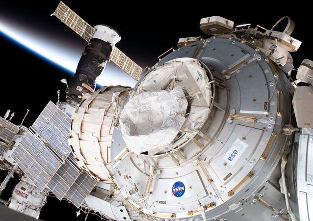 Partes da Estação Espacial Internacional enquanto que o complexo orbital voa para um pôr do sol orbital, que contêm módulos da NASA, da Agência Espacial Europeia (ESA, na sigla em inglês) e da Rússia