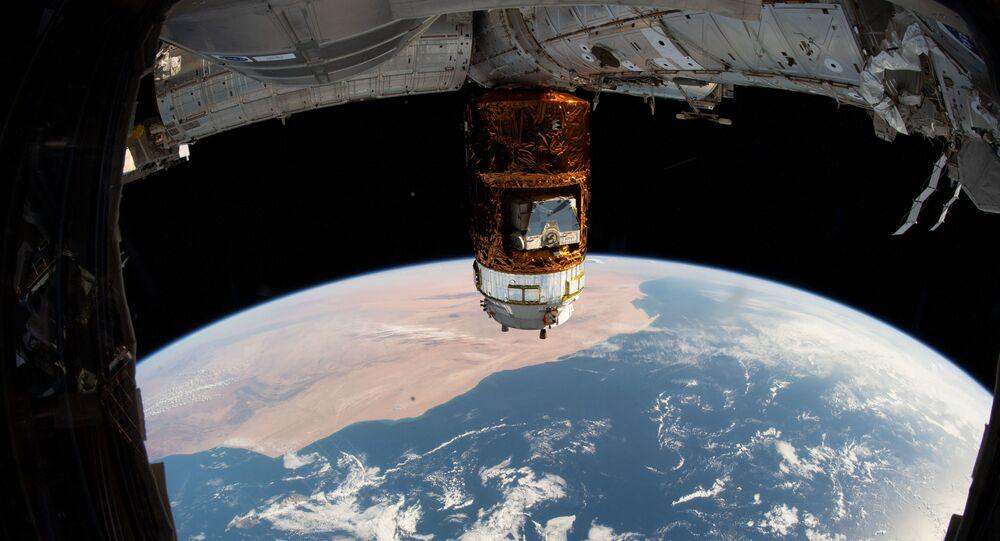 Nave espacial de carga japonesa HTV-8 acoplada à EEI, enquanto a estação voava 407 quilômetros acima do oceano Atlântico