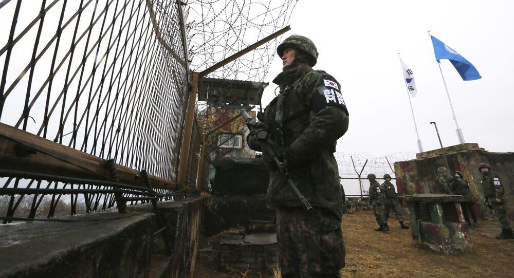 Soldado sul-coreano monitora fronteira com a Coreia do Norte atrás de uma cerca (imagem referencial)