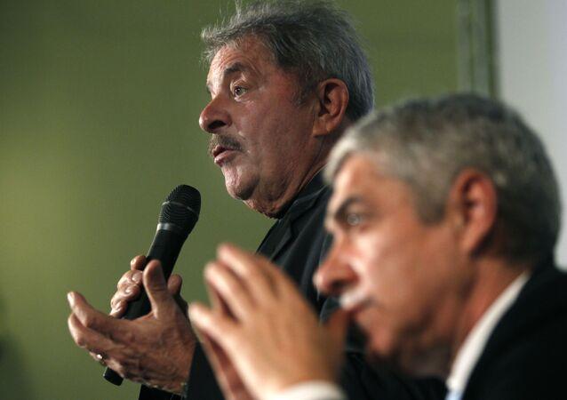 Ex-presidente do Brasil, Luiz Inácio Lula da Silva, e ex-primeiro-ministro de Portugal, José Sócrates, durante a apresentação do livro de Sócrates A Confiança no Mundo em Lisboa, 23 de outubro de 2013