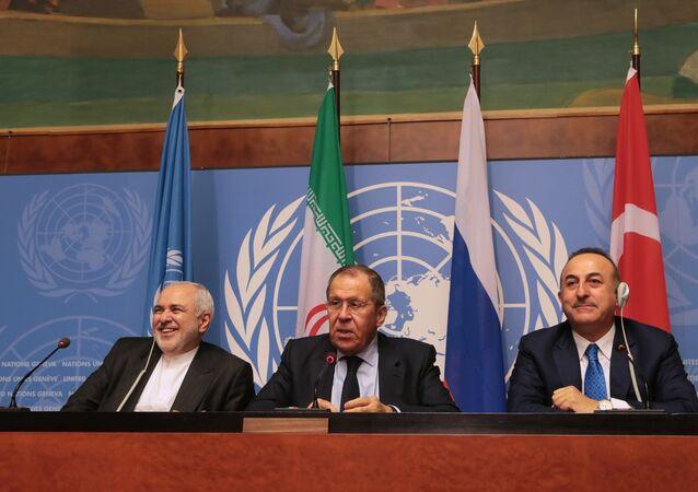 Ministro da Relações Exteriores da Rússia, Sergei Lavrov, (centro) se reúne com seu colega iraniano, Javad Zarif, (à esquerda) e turco, Mevlut Cavusoglu (à direita), em 29 de Outubro de 2019